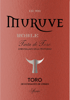 In the glass, the Muruve Tinto Roble Toro from Bodegas Frutos Villar shows a dense ruby red color. The first nose of the Muruve Tinto Roble Toro shows notes of blueberries, mulberries and black currants. The fruity parts of the bouquet are joined by notes of barrel aging such as cinnamon, gingerbread spice and black tea. This red from Bodegas Frutos Villar is the right wine for all wine lovers who like it dry. However, it never shows itself meager or brittle, but round and smooth. On the palate, the texture of this powerful red wine is wonderfully dense and powerful. Due to the moderate fruit acidity, the Muruve Tinto Roble Toro flatters with a velvety feeling on the palate without lacking freshness at the same time. In the finish, this red wine from the wine-growing region Castile - León finally inspires with good length. There are again hints of blackberry and blackcurrant. Vinification of the Muruve Tinto Roble Toro from Bodegas Frutos Villar This powerful red wine from Spain is vinified from the Tempranillo grape variety. After the hand harvest, the grapes arrive quickly in the winery. Here they are sorted and carefully crushed. Fermentation then takes place in small wood at controlled temperatures. After the end of fermentation, the Muruve Tinto Roble Toro is aged for several months in American oak barrels. Food recommendation for the Muruve Tinto Roble Toro from Bodegas Frutos Villar This red wine from Spain is best enjoyed at a temperate 15 - 18°C. It is a perfect accompaniment to veal and onion casserole, vegetable couscous with beef meatballs or lemon chilli chicken with bulgur.