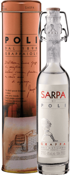 The Sarpa di Poli by Jacopo Poli is a powerful grappa from the marc of Merlot (60%) and Cabernet Sauvignon (40%). In the glass, this grappa presents itself in a clear, transparent color. The fresh bouquet is carried by fresh herbs, speckled mint and floral accents of roses and geraniums. On the palate, this grappa is wonderfully powerful with a rustic personality - very pure and honest in taste. Distillation of Jacopo Poli Grappa Sarpa di Poli Baby The still fresh pomace is traditionally distilled in old copper burners. After the firing process, this grappa still has 75% by volume. By adding distilled water, this pomace brandy reaches an alcohol content of 40% by volume. This grappa then rests in stainless steel tanks for a total of 6 months, after which it is gently filtered and filled onto the bottle. Serving recommendation for the baby Sarpa di Poli Jacopo Poli Grappa Enjoy this grappa as a digestif after a nice menu, or just serve it pure at about 10 to 15 degrees Celsius.