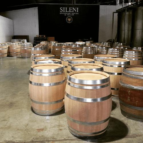 Fässer über Fässer im Weinkeller von Sileni