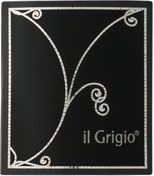 The Il Grigio by Collavini is a classic spumante with bright straw yellow and greenish reflections in the glass. The Il Grigio impresses the nose with its variety of aromas, ranging from pears to apples to nuances of lemon. On the palate, this spumante, produced using the Charmat method, starts crisp, fresh, extremely fruity and with pleasant perlage. Floral and citric notes then accompany the finish. Food recommendation for Il Grigio Vino Spumante by Eugenio Collavini This sparkling wine from northern Italy is a classic aperitif that also harmonizes perfectly with appetizers and fish.