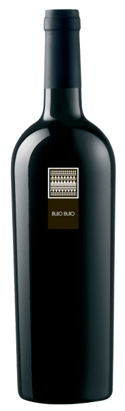 The Buio Buio Rosso Isola dei Nuraghi IGT by MESA shines in a sparkling red in the glass. Its bouquet shows an impressive interplay of red fruits and flowers. In addition, this red wine has an extraordinary bouquet of more complex spice notes and hints of new wood. On the palate impresses his long-lasting finale. A delicious taste experience! It is an ideal accompaniment to braised boar and mature cheese.