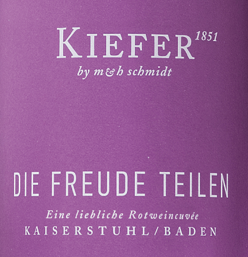 The Die Freude teilen from Weingut Kiefer in Baden presents a brilliant, light red colour in the wine glass. The nose of this red wine from Baden captivates with aromas of blackberry, black currant, blueberry and mulberry. If we trace the aromas further, black tea, dark chocolate and vanilla are added Due to its present fruit acid, the Die Freude teilen presents itself impressively fresh and lively on the palate. Vinification of the Weingut Kiefer Die Freude teilen The elegant Die Freude teilen from Germany is a cuvée, made from the grape varieties Dakapo, Cabernet Mitos, Dornfelder, Dunkelfelder, Prior and Spätburgunder. In Baden, the vines that produce the grapes for this wine grow on soils of loess soil and volcanic rock. After the hand harvest, the grapes reach the winery by the fastest route. Here they are sorted and carefully crushed. Fermentation follows in stainless steel tanks at controlled temperatures. Once fermentation is complete, the Die Freude teilen can continue to harmonize on the fine lees for a few months. Food recommendation for the Die Freude teilen from Weingut Kiefer This German wine is best enjoyed at a temperature of 15 - 18°C. It is perfect as an accompaniment to yoghurt mousse with poppy seeds, peach-passion fruit dessert or baked apples with yoghurt sauce.