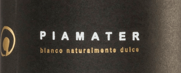 The Spanish dessert wine Piamater Blanco Naturalmente Dulce by Vitivinicola Tandem is made from sun-dried Moscato grapes, which ripen at about 700 m altitude in Malaga in southern Spain on old vines. It is a complex and impressive wine that shines bright golden yellow with green reflections in the glass. A complex play of aromas and scents of flowers, honey, tropical fruits and quince unfolds in the nose. On the palate, this varied wine is fresh-fruity and powerful, the good balance between acidity and fruit stands out attractively, fine and filigree in the aftertaste. Vinification of Tandem Piameter Dulce Vitivincola Tandem's oenologist, Alicia Eyaralar, produces this exceptional dessert wine made from 100% Moscato grapes in Malaga, southern Spain, in partnership with the winery Bodegas Dimobe. The grapes mature on vines aged 50 years and older in Axarquia vineyards, on the barren slopes of Sierra Màlaga on low-nutrient, weathered soils, characterized by clay and quartz. The Moscato grapes are harvested manually at the end of August. The harvested grapes are then dried in the sun and only when they have reached the best degree of drying and residual sweetness does temperature-controlled mash fermentation take place in stainless steel tanks. Food recommendation for the Piamater Blanco Naturalmente Dulce Tandem This sweet wine from Spain can be enjoyed as a dessert or meditation wine, alone or as an ideal accompaniment to blue cheese with honey, foie gras (goose stuffing liver or duck stuffing liver), ice cream and chocolate and dry pastries. Awards for the tandem Piamater Blanco Naturalmente Dulce Mundus Vini: Silver for 2013
