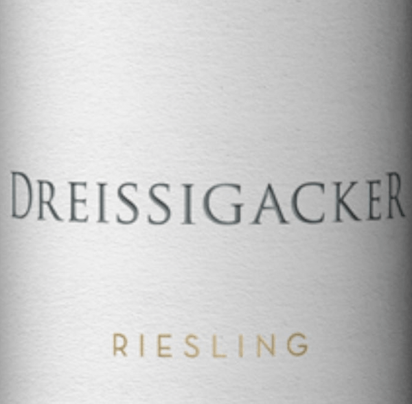 The Guts-Riesling from Dreissigacker from Rheinhessen is spicy, fresh and mineral with lots of fresh fruit. This organic certifiedRiesling shows a clear nose withlots of citrus fruits and exotic fruitsas well as some spice and herbal minerality. On the palate, the estate wine Riesling von Dreissigacker is clear and juicy. This organic wine from Rheinhessen reveals puristic minerality and spicy apple fruit, followed by balanced acidity and slight astringence. On the palate, the minerality of the estate Riesling von Dreissigacker is becoming increasingly complex and impressive. The tightly laced waist of the Riesling by Dreissigacker presents itself with dense juiciness and a strong upper body. A racial, angular white wine with freshness, pressure, depth and length. Food recommendation for Riesling estate wine from Dreissigacker Enjoy this wonderful white wine from Rheinhessen with melon boats with Parma ham, crustaceans, seafood, fish and poultry dishes as well as with Saltimbocca with Parmesan anisotto.