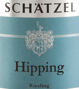 In the glass, Riesling Nierstein Hipping Großes Gewächs from Weingut Schätzel reveals a brilliantly shimmering light yellow colour. At its core, this white wine has an expressive golden yellow colour. When swivelling the wine glass, this white wine is characterized by a fascinating lightness that lets it dance alive in the glass. The first nose of the Riesling Nierstein Hipping Large plant shows notes of black cherries, orange and pomelo. The fruity parts of the bouquet are accompanied by even more fruity-balsamic nuances. This dry white wine from Weingut Schätzel is perfect for wine drinkers who like it absolutely dry. The Riesling Nierstein Hipping Large plant is already quite close to this, since it was vinified with just 5 grams of residual sugar. On the palate, the texture of this light-footed white wine is wonderfully dense. With its succinct fruit acid, Riesling Nierstein Hipping Large plants on the palate reveal themselves wonderfully fresh and lively. The finale of this maturable white wine from the Rheinhessen wine-growing region ultimately inspires with good reverberation. Vinification of the Weingut Schätzel Riesling Nierstein Hipping Large plant The elegant Riesling Nierstein Hipping Großes Gewächs from Germany is a pure wine, vinified from the Riesling grape variety. Riesling Nierstein Hipping Großes Gewächs is an Old World wine through and through, because this German wine breathes an extraordinary European charm, which clearly underlines the success of wines from the Old World. The development of the harvested material for this wine from Riesling is influenced to a very large extent by the climate of the growing region. In Rheinhessen, the grapes thrive in a rather cool climate, which is reflected, among other things, in particularly long and even grapes and a rather moderate must weight. The grapes for this white wine from Germany are made exclusively by hand after the optimum ripeness has been ensured. After the hand-picking, the grapes immediately