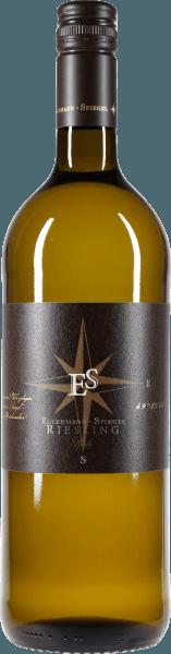 Dieser Riesling in der Literflasche von Ellermann-Spiegel aus der Pfalz ist ein Weißwein für jeden Tag. Der trockene Weißwein aus der Pfalz kommt leuchtend klar und hell ins Glas. Herrlich süffig, mit einer anregenden Säure und feinem Duft von Zitrusfrüchten, frischer Birne und reifen Äpfeln. Am Gaumen saftig, frisch, knackig, würzig mit feiner Mineralik. Im mittleren Nachhall zeigen sich zarte, bittersüsse Noten. Genussvolles und unkompliziertes Trinkvergnügen garantiert! Speiseempfehlung zum Riesling in der Literflasche von Frank Spiegel vom Pfälzer Weingut Ellermann und Spiegel Ideals als Wein für jeden Tag, für Partys, Bankett-, Schank- und Schoppenwein.