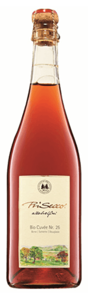 PriSecco Cuvée No.25 from Jörg Geiger is an alcohol-free fruit ecco that seduces with the aromas of red berries, ripe apples and a hint of banana. This fruit cocktail reveals the notes of tart berries, citrus and essential forest notes on the palate. Production of PriSecco Cuvée No. 25 from the Jörg Geiger factory The fruits of PriSecco come from the scenic orchards at the foot of the Swabian Alb, the juice of hand-picked apples forms the basis for this non-alcoholic cocktail. Other ingredients include pear juice, sloe, aronia, blackcurrants, Douglas onion tips, spices and finest pearled carbonic acid. Food recommendation for the PriSecco Cuvée Nr 25 from the Jörg Geiger factory Enjoy this non-alcoholic Secco with fried game and game poultry or lamb.