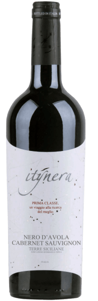 The Itinera Prima Classe Nero d 'Avola Cabernet Sauvignon IGT belongs to the Prima Classe line of Mondo del Vino. In the glass, this red wine cuvée appears in a very dark ruby red and with a fruity and berry bouquet. This is rounded off by the aromas of cherries and vanilla. This Nero d 'Avola seduces the palate with its freshness, elegant body and soft impression before moving on to an elegant finale. Vinification for the Itinera Prima Classe Nero d 'Avola Cabernet Sauvignon This cuvée is vinified from Nero d 'Avola and Cabernet Sauvignon grape varieties. This red wine was aged for 6-8 months in barrique barrels. Food recommendation for the Itinera Prima Classe Nero d 'Avola Cabernet Sauvignon Enjoy this dry red wine with pork loin, tuna steak, Manchego or pecorino.