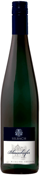 This white wine presents itself with a cool, mineral nose with hints of fruit. Firm, clear and refreshing at the same time is the Blauschiefer Rieslingfrom Selbach-Oster. The slim body has extract density and a certain complexity. The taste is characterized by a herbal minerality, which is fine, but compact and even somewhat salty. Overall, a wine with good length and long-lasting minerality.