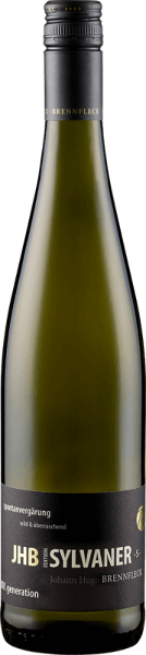 The JHB Johann spontaneous & wild Silvaner S from Weingut Brennfleck appears in an intense yellow with greenish reflections in the glass and seduces with its subtle wood note and the spicy aromas of herbs and gooseberries. This white wine from Franconia is present on the palate with an elegant minerality and the aromas of ripe, yellow fruits and pears. Vinification for JHB Johann spontaneous & wild Silvaner S from Weingut Brennfleck The JHB Edition is a tribute to the youngest son of the Brennfleck family, Johann Hugo, who is spontaneous and wild. The grapes for this wine were fermented spontaneously and matured in a traditional double barrel. This gives this Silvaner its balance and creaminess. Food recommendation for JHB Johann spontaneous & wild Silvaner S from Weingut Brennfleck Enjoy this dry white wine with light summer dishes such as asparagus and salads, antipasti, pasta with cream sauce, light meat or young soft cheese. Awards for JHB Johann spontaneous & wild Silvaner S from Weingut Brennfleck Mundus Vini: Gold (vintage 2013) Franconian Wine Award: Gold (vintage 2012)
