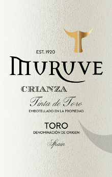 In the glass, the Muruve Crianza from Bodegas Frutos Villar presents a dense ruby red colour. At the edges, this Spanish red also shows a transition to garnet red. To the nose, this Bodegas Frutos Villar red wine presents all sorts of black currants, mulberries, blackberries and blueberries. As if that wasn't already impressive, gingerbread spice, vanilla and black tea join the mix due to the aging in small wooden barrels The Bodegas Frutos Villar Muruve Crianza impresses with its elegantly dry taste. It was brought with only 1.6 grams of residual sugar on the bottle. This is a real quality wine, which clearly stands out from simpler qualities and so this Spaniard enchants with all dryness with the finest balance. Taste does not necessarily need a lot of sugar. Full of pressure and complex, this balanced red wine presents itself on the palate. Due to the moderate fruit acidity, the Muruve Crianza flatters with a pleasing mouthfeel, without lacking juicy liveliness at the same time. In the finish, this storable red wine from the wine-growing region Castile - León finally inspires with good length. Again, there are hints of mulberry and blueberry. Vinification of the Bodegas Frutos Villar Muruve Crianza This red wine clearly focuses on one grape variety, namely Tempranillo. For this exceptionally powerful varietal wine from Bodegas Frutos Villar, only immaculate grape material was used. After the hand harvest, the grapes immediately reach the winery. Here they are selected and carefully crushed. Then fermentation takes place in small wood at controlled temperatures. At the end of fermentation, the Muruve Crianza is aged for 12 months in American oak barrels. Food recommendation for the Muruve Crianza from Bodegas Frutos Villar This red wine from Spain is best enjoyed at a temperate 15 - 18°C. It is perfect as an accompanying wine to red onion stuffed with couscous and apricots, spicy curry with lamb or rocket penne.