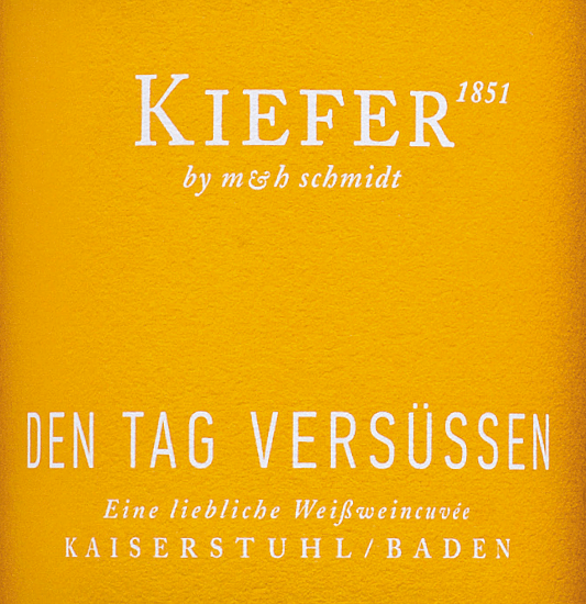 In the glass, the Den Tag versüßen from the pen of Weingut Kiefer offers a brilliant shimmering light yellow color. The first nose of the Den Tag versüßen presents nuances of peach and nectarines. The Weingut Kiefer Den Tag versüßen presents us with an incredibly fruity taste on the tongue, which is of course also due to its residual sweet profile. Light-footed and multifaceted, this crisp and silky white wine presents itself on the palate. Due to its concise fruit acid, the Den Tag versüßen is wonderfully fresh and lively on the palate. The finish of this white wine from the wine-growing region of Baden, more precisely from the Kaiserstuhl, finally impresses with a good reverberation. The finish is also accompanied by mineral notes of the soils dominated by volcanic rock and loess soil. Vinification of the Weingut Kiefer Den Tag versüßen This elegant white wine from Germany is vinified from the grape varieties Müller-Thurgau, Muskateller and Scheurebe. The grapes grow under optimal conditions in Baden. Here the vines dig their roots deep into soils of loess soil and volcanic rock. After the hand harvest, the grapes are quickly taken to the press house. Here they are selected and carefully broken up. Fermentation follows in stainless steel tanks at controlled temperatures. The vinification is followed by a few months of maturation on the fine lees before the wine is finally bottled. Food recommendation for Weingut Kiefer Den Tag versüßen This German white wine is best enjoyed well chilled at 8 - 10°C. It is perfect as an accompaniment to pear-lime strudel, peach-passion fruit dessert or pasta with sausage dumplings.