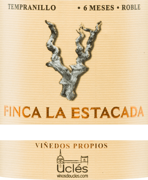 The cherry-red colour of the Finca la Estacada 6 Meses Robleshines with purple reflections in the glass. The lavish bouquet offers ripe fruits such as plums, cherries and blackberries, delicate notes of new wood and spicy nuances of white pepper. This grape varietal wine gives itself fleshy, gripping, powerful and at the same time elegant on the palate. A fruity, juicy taste and slightly sweet tannins envelop and cling to the palate before this Spanish red wine flows into a medium-long finish. Vinification of the 6 MesesFinca la Estacada Roble After harvesting the grapes from the Finca La Estacada winery, they were destemmed, ground and fermented in a temperature-controlled stainless steel tank. The mash is then pressed and the resulting wine is aged for six months in American oak barrels. Food recommendation for the 6 Meses Roble fromFinca la Estacada This dry red wine from Spain is an ideal accompaniment to tapas, pasta with dark and fleshy sauces, pizza, fried or grilled meat dishes and medium-ripe hard cheeses.