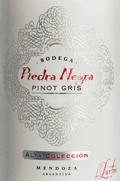 The Alta ColleciónPinot Gris by Bodega Piedra Negracan be regarded as an outstanding ambassador of the unique Lurton wine style. A clear fruit, seductive grace and a distinctive personality characterize this varietal Pinot Gris. The glass fills this wine with a bright straw yellow with greenish reflections. The fragrant bouquet unfolds fresh-fruity, aromatic notes of white peach and pear. The fresh, juicy taste brings a lot of fruit and a lively acidity. Despite everything, this Argentine white wine is soft, full-bodied and wonderfully balanced, making it a racial and charming seducer. The beautiful aroma lasts a long time in the reverberation. Vinification of the Alta ColleciónPinot Gris by Piedra Negra The Pinot Gris grapes are harvested at night and in the cool morning hours. Thereafter, the harvested material is immediately taken to the winery and carefully destemmed and slowly pressed. The musts formed are kept cold for 24 hours so that the turbid particles can settle (sedimentation) and fermented by adding selected yeasts. After the fermentation has been completed, this young wine remains on the fine yeasts for three to six months before it is finally filled into the bottles only slightly filtered. Food recommendation for the Piedra Negra Alta ColleciónPinot Gris This dry white wine from Argentina goes perfectly with pasta with fish and seafood, monkfish with Provençal herbs and spices or roasted pork.