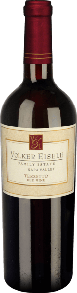 Volker Eisele's Terzetto is a fruity red wine cuvée made from Cabernet Sauvignon (33%), Cabernet Franc (33%) and Merlot (33%).This red wine stands for the vinification of three classic grape varieties from Bordeaux - none of which should dominate the other grape variety. In the glass, this wine appears in a deep dark ruby red. The bouquet reveals complex notes of ripe strawberries and juicy black cherries. On the palate, the aromas of the nose are complemented by sweet vanilla and woody notes. The tannins are wonderfully soft and harmonize perfectly with the fruit aroma. This red wine convinces with its balanced, complex character, which leads to a long final. Vinification of Volker EiseleTerzetto The grape varieties (Cabernet Sauvignon, Cabernet Franc and Merlot) come from different parcels of the Chiles Valley location. After the grapes have been carefully harvested, they are fermented separately in stainless steel tanks. The vanilla and woody nuances are provided by the 24-month ageing in French oak barriques (Ailler and Troncais). This wine is only slightly filtered. Food recommendation for the Terzettoby Volker Eisele Family Estate This dry red wine from California is a great accompaniment to barbecues with grilled corn cobs and juicy steaks with herb butter, but also to festive roasts a real treat. Awards for Volker EiseleTerzetto Wine Enthusiast: 94 points for 2012 Robert M. Parker: 91 points for 2012