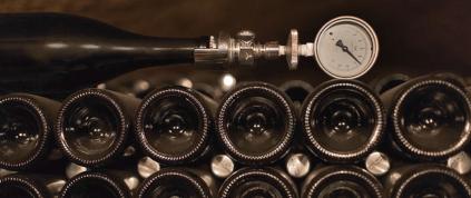 Pressure control on the sparkling wine bottles