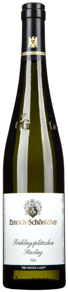The Emrich-Schönleber Monzinger Frühlingsplätzchen Riesling Großes Gewächs is a first-class white wine in the wine glass. It offers a wonderfully brilliant, light yellow color. After the first swirl, this Emrich-Schönleber white wine presents all sorts of papayas, grapefruits, pomelo, limes and pears. As if that wasn't already impressive, the stainless steel aging adds sun-warmed rocks, lovage and garrigue The Monzinger Frühlingsplätzchen Riesling Großes Gewächs from Emrich-Schönleber is a good choice for all wine connoisseurs who like as little sweetness as possible in their wine. At the same time, however, it never appears meager or brittle, as is appropriate for a wine of this reputation. Due to its concise fruit acidity, the Monzinger Frühlingsplätzchen Riesling Großes Gewächs is impressively fresh and lively on the palate. Vinification of the Monzinger Frühlingsplätzchen Riesling Großes Gewächs from Emrich-Schönleber The basis for the elegant Monzinger Frühlingsplätzchen Riesling Großes Gewächs from the Nahe are grapes from the Riesling grape variety. The grapes grow under optimal conditions in the Nahe. Here the vines dig their roots deep into soils of slate. What is unusual about the production of this top wine from Emrich-Schönleber is the fact that the grapes grow on stone terraces in Monzingen (DE). This traditional form of vineyard design is unfortunately very costly and therefore rarely found anymore. Obviously, the Monzinger Frühlingsplätzchen Riesling Großes Gewächs is also determined by more than just the Monzingen (DE) soil. This German wine can literally be described as an Old World wine that presents itself in an extraordinarily impressive manner. After the hand harvest, the grapes arrive swiftly at the winery. Here they are selected and carefully crushed. Fermentation then takes place in stainless steel tanks at controlled temperatures. After the end of fermentation, the Monzinger Frühlingsplätzchen Riesling Großes Gewächs can continue to harmoniz