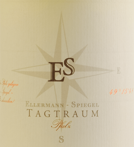 The Cuvée Tagtraum by Ellermann-Spiegel is vinified by Frank Spiegel from Auxerrois and Pinot Blanc and comes into the glass with light citrus yellow. The nose of this well-dried, glorious Palatinate white wine is determined by ripe pear and all kinds of tropical fruits such as lychee, mango and mandarin. On the palate, Ellermann-Spiegel's daydream is wonderfully tasty, juicy and fruity. The exotic fruit aromas, the melting and the inner density of this wine invite you to dream. The semi-dry taste profile ensures an incredible drinking flow. The balance of sweetness and fresh acidity is perfect. Vinification of the Daydream White Wine by Ellermann-Spiegel The daydream of Ellermann-Spiegel is vinified exclusively in the stainless steel tank and therefore captivates me absolutely unadulterated fruit aroma. Auxerrois provides expression and fruit, while the Pinot Blanc gives the wine body without making it look too fat. Food recommendation for the white wine cuvée daydream by Ellermann-Spiegel Enjoy Frank Spiegel's daydream with Asian dishes, whether Vietnamese or Thai.