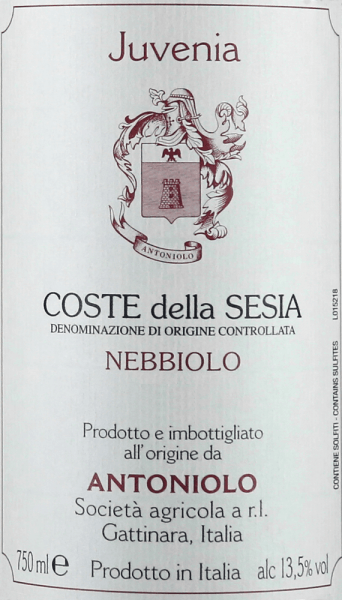 Antoniolo's Nebbiolo Juvenia Coste della Sesia DOC glows ruby red to garnet red in the glass. On the nose opens a fresh, lively bouquet with fruity aromas reminiscent of raspberry jam, ripe cherry, wild berries and spices, with mineral notes, elegant and appealing. On the palate, this young Nebbiolo presents itself tastefully, balanced, full-bodied and soft, of beautiful, clear structure, with fresh acidity and present, well-integrated tannins. Long-lasting, pleasant and pleasant reverberation. Vinification of the Nebbiolo Juvenia Coste della Sesia DOC by Antoniolo For this young Nebbiolo from the cool north of Piedmont, Antoniolo paid great attention to preserving the fruitiness and freshness of the grape variety. For this purpose, the grapes are macerated on the skins for a period of 6 to 8 days and gently submerged again and again, for the best possible extraction of the tannins, colour and aromas. The wine is then transferred to stainless steel tanks in which malolactic fermentation and ageing are carried out for 9 months. Food pairings for the Nebbiolo Juvenia Coste della Sesia by Antoniolo Young, fresh and tasty, this Nebbiolo accompanies dishes of traditional regional cuisine, classic pasta dishes, risotto in many variations, but also a whole meal, red meat, poultry, game and medium-ripe cheeses. We recommend opening the Nebbiolo Juvenia one hour before serving. Awards for the Nebbiolo Juvenia Coste della Sesia DOC by Antoniolo Gambero Rosso: 2 glasses for 2015 Wine Spectator: 90 points for 2013 Vinous Antonio Galloni: 88 points for 2013 Wine Advocate Robert M.Parker: 88 points for 2007