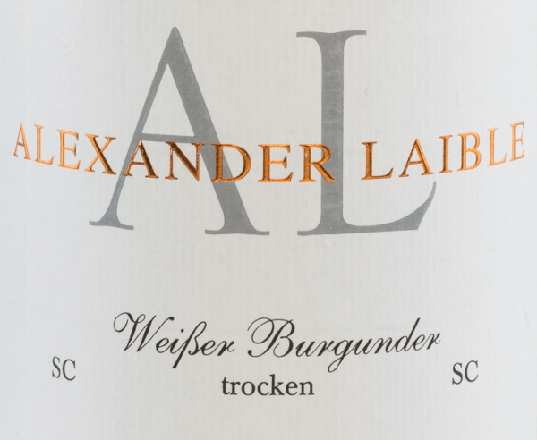 The Pinot Blanc SC by Alexander Laible is a filigree, grape varietal white wine from beautiful Baden. In the glass, this wine appears in a bright clear straw yellow with glittering highlights. The elegant bouquet reveals notes of gooseberry, peach and apple. This is accompanied by fine hints of mandarin. On the palate there is a wonderful melting texture, which harmonizes perfectly with the expressive body and the acidic structure. The final impresses with a pleasant length. Food recommendation for Alexander LaibleWeißburgunder SC Enjoy this dry white wine from Germany with poultry dishes in creamy sauce, with steamed fish with peeled potatoes. But also solo on the balcony or terrace is this wine a pleasure.