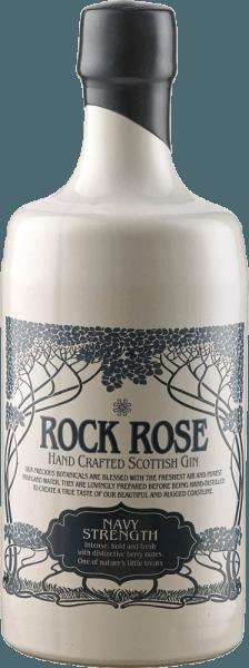 Der Rock Rose Navy Strength Gin von der Dunnet Bay Distillery zeigt sich klar im Glas und entfaltet dabei Aromen von Kiefer Limone, Vogelbeeren, Weißdorn und Blaubeeren. Im Vergleich zu dem Rock Rose Gin ist der Navy Strength Gin etwas erdiger. Die Bezeichnung dieses hochprozentigen Gins als Navy Strength Gin liegt in der Geschichte der Royal Navy. Die Offiziere tranken während langer Überfahrten schon damals gern einen guten Gin, allerdings sollte dieser nicht verdünnt sein wie für die normale Mannschaft. Deswegen wies der Gin für die Offiziere eine Stärke von 114 proof auf, also 57% Alkohol. Servierempfehlung für den Rock Rose Navy Strength Gin von der Dunnet Bay Distillery Genießen Sie den Navy Strength pur oder in einem klassischen Gin&Tonic. Empfehlung der Dunnet Bay Distillery - Rock Rose Gin and Jam Cocktail 5 cl Rock Rose Navvy Strenght Gin 2 cl Zitronensaft 1 TL Marmelade etwas Eiklar Shaken Sie alle Zutaten kräftig mit Eis und servieren Sie den Cocktail zusätzlich mit einem Löffel Marmelade als Dekoration.