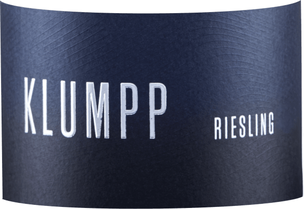 The Riesling from Klumpp is characterized by fresh citrus aromas, mirabelles and a tropical exoticism of mango. On the palate, this white wine delights with its mineral acidity and creamy melt. This juicy and invigorating Riesling ends in a filigree finish. Vinification of the Klumpp Riesling The grapes for this white wine from Baden come from old vines rooted in calcareous loess soils. After harvesting, this wine is fermented for 2 months in stainless steel tanks, this helps this Riesling to develop its full fruitiness and minerality. Food recommendation for the Klumpp Riesling Enjoy this dry white wine with fish, seafood and sushi or Asian cuisine.