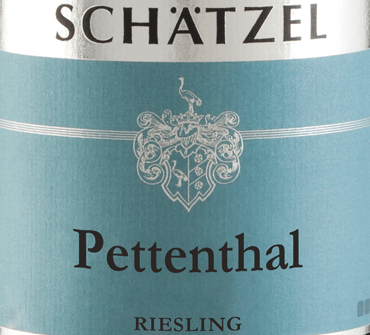 Riesling Nierstein Pettenthal Large plant from the pen of Weingut Schätzel from Rheinhessen reveals a brilliant, light yellow colour in the glass. This wine also shows golden yellow reflexes in the centre. If you give him some air by swivelling, this white wine is characterized by a fascinating lightness, which makes him dance energetically in the glass. The bouquet of this white wine from Rheinhessen captivates with notes of mulberry, blackcurrant, blueberry and blackberry.Especially its fruity type makes this wine so special. This German wine impresses with its elegantly dry taste. It was placed on the bottle with only 4 grams of residual sugar. This is a real quality wine that stands out clearly from simpler qualities and so this German wine naturally enchants with the finest balance in all dryness. Aroma does not necessarily require a lot of residual sugar. Light-footed and complex, this dense white wine is on the palate. Thanks to its vibrant fruit acid, Riesling Nierstein Pettenthal Large plant on the palate is impressively fresh and vibrant. In the finish, this white wine from the Rheinhessen wine-growing region finally inspires with considerable length. There are again hints of blackcurrant and blueberry. Vinification of Riesling Nierstein Pettenthal Large plant of Weingut Schätzel This elegant white wine from Germany is made from Riesling grape variety. Riesling Nierstein Pettenthal Großes Gewächs is an Old World wine through and through, because this German wine breathes an extraordinary European charm, which clearly underlines the success of wines from the Old World. The fact that Riesling grapes thrive under the influence of a rather cool climate also has a considerable influence on the ripening of the harvested material. This manifests itself, among other things, in particularly long and uniform grapes and rather moderate alcohol content in the wine. After the harvest, the grapes immediately reach the press house. Here they are selected and carefully gr