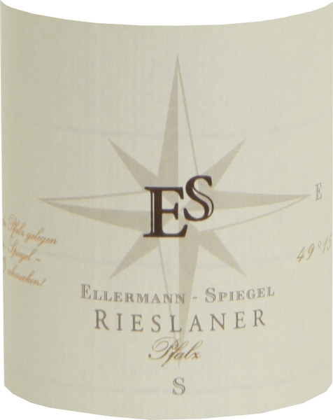 The Rieslaner Auslese by Ellermann-Spiegel from the Palatinate was vinified by Frank Spiegel according to all the rules of art. This sweet wine shows a light golden yellow in the glass and seduces the nose with intense tropical aromas of passion fruit and lychee, complemented by candied fruits and aromatic flowers such as acacia blossom and jasmine. On the palate, the Ellermann-Spiegel Rieslaner Auslese is wonderfully aromatic, complex, juicy and long. The vital fruit acid perfectly balances the lush sweetness and gives the wine a beautiful lightness. Vinification of Ellermann-Spiegel Rieslaner Auslese The Rieslaner Auslese by Ellermann-Spiegel was vinified from grapes that were perfectly matured at the time of the late onset of botrytis and have particularly concentrated aromas and sweetness. The production of sweet wines is a high art, with a lot of effort and risk. The grape material must be fully ripe and healthy, the climate optimal and it takes time. Drying the berries reduces the yield to a minimum, but concentrates the grape ingredients and flavourings, resulting in wines with high concentration and internal density. Food recommendation for Rieslaner Auslese by Ellermann-Spiegel Enjoy this wonderful and aromatic Rieslaner Auslese from the Palatinate with precious mould cheese, sweet fruit desserts or even goose liver pie. The Rieslaner Rieslaner grape variety was bred as a cross between Riesling and Silvaner as early as 1921, but was then forgotten and only rediscovered in 1950. Since the end of the 1950s, this grape variety has been on the list of varieties. Today Rieslaner is mainly grown in Franconia and the Palatinate. The Rieslaner tends to have a high acid content, which is why it is preferably vinified as a late harvest or selection.