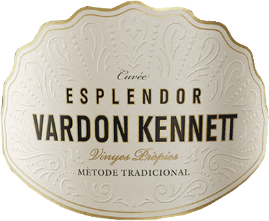 The Miguel Torres Esplendor by Vardon Kennett comes in a light gold tone in the glass. The bouquet of this exceptional sparkling wine from Catalonia promises heavenly aromas of juicy stone fruit combined with ripe citrus fruits. On the edge, delicate nuances of yeast and toast are presented. The taste of this Spanish sparkling wine impresses with its elegant and fresh texture. This cava impresses with its pure finesse and its long reverberation. Vinification of Esplendor Vardon Kennett The hand-picked grapes of the Pinot Noir (55%), Chardonnay (40%), and Xarel.Io (5%) grape varieties are pressed whole. They are then fermented in the tank and in French oak barrels with selected natural yeasts. After alcoholic fermentation, the biological acid degradation takes place. The Esplendor Vardon Kennett then matures in the bottle on the yeast for at least 30 months. Due to the elaborate production, the quantities are strictly limited. Food recommendation for the Torres Esplendor by Vardon Kennett Enjoy the Spanish sparkling wine with spicy puff pastry baggage, smoked fish or soft cheese. Or well chilled as a wonderful aperitif