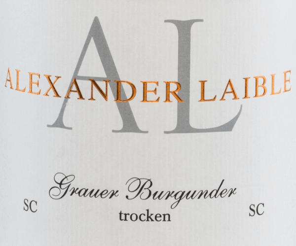 Alexander Laible's Grauburgunder SC is a powerful grape variety from the Baden growing region. In the glass, this wine shimmers a delicate golden yellow with light yellow highlights in the glass. Intense aromas of nuts reveal themselves in the nose - ripe pears and crisp apples are clearly in the foreground. On the palate, this German white wine has a powerful and expressive personality with a wonderful fruit fullness. The fascinating acidity harmonizes wonderfully with the melting texture. The reverberation convinces with a wonderful, lasting length. Food recommendation for Alexander LaibleGrauburgunder SC This dry white wine from Germany goes perfectly with crisp summer salads, dishes with poultry or even mild cheeses.