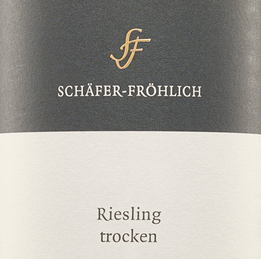 The nose of this white wine offers a cool minerality and pear fruit. Firm, clear and very fine juicy with a filigree and fine structure, the Riesling quality wine from Schäfer-Fröhlich presents itself. Elegant and graceful is its kind.The minerality also stays cool and penetratingly long in the mouth. Tastefully, fresh herbs and juicy pears are noticeable, which make it appear lively and fresh. Overall, a harmonious and well-balanced wine, the cool minerality of which remains even in the aftertaste.