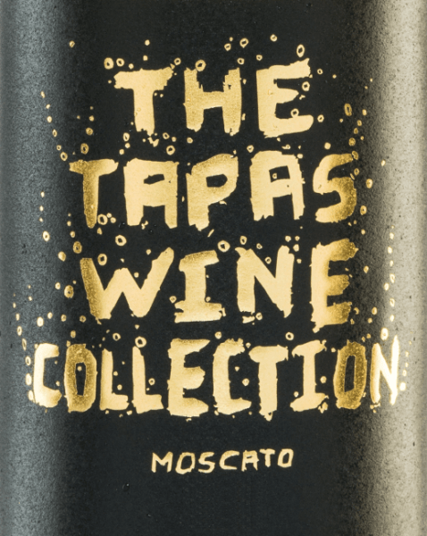 The Tapas Wine Collection Moscato is a Spanish frizzante presented in the glass with a light golden yellow. Its fruity-fresh bouquet enchants the nose with floral notes and is accompanied by aromas of fresh oranges and juicy mandarins. The residual acid harmonizes wonderfully with the acidity of this semi-sparkling wine and is perfectly underlined by the full-bodied character. Food recommendation for the Tapas Wine Collection Moscato Enjoy this lovely white wine as an aperitif or with tapas and seafood dishes.