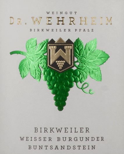 The Birkweiler Buntsandstein Weißer Burgunder from Dr. Wehrheim exudes a bitter, clearly planty and somewhat nutty scent with notes of legumes and some pome fruit. On the palate, the fruit is clear and straightforward. The white wine presents itself delicately yeasty and with a herbaceous hint, nutty hints and with a very fine, quite lively acidity. From the background, cool-mineral hints also emerge. This organic wine shows very delicate oily tones. The Birkweiler Buntsandstein Weißer Burgunder from Dr. Wehrheim is an animating, but rather still closed white wine with a certain sustainability and a very good finish.