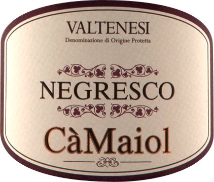 The NegrescoValtènesi from Cà Maiol shimmers ruby red with deep dark purple reflections in the glass. The bouquet of this cuvée from Groppello, Barbera, Sangiovese and Marzemino delights with notes of all kinds of red fruits such as cherries, currants, raspberries and more. Spicy nuances of tobacco, spices such as cinnamon and clove but also cigar boxes come to mind. On the palate, the Cà Maiol Negresco Rosso proves to be both powerful andfinesse rich red wine. Harmonious tannins, a beautiful extract and a vital, but not too sharp acidity, make this red wine an experience Vinification of the NegrescoValtènesi Riviera del Garda of Cà Maiol For this red wine from the Cà Maiol portfolio, 40% Groppello, 20% Barbera, 20% Marzemino and 20% Sangiovese are used. After harvesting, the grapes are mashed and the must is fermented in a temperature-controlled manner. Finally, the Negresco Valtènesi from Cà Maiol matures for 18 months inselected French 225 l barriques. Food recommendation for the Negresco Rosso from Cà Maiol Enjoy this fine red wine from northern Italy withsous-vide-cooked lamb or veal or with powerful classics with minced meat such as lasagne or spaghetti bolognese. Awards for the Cà MaiolNegresco Rosso Decanter: Silver for 2010 Gambero Rosso: 2 glasses for 2009
