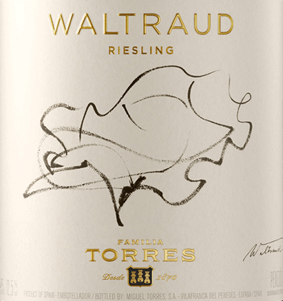 The Waltraud Riesling by Miguel Torres is presented in a shiny, bright yellow with golden shades. In the characterful, strongly pronounced bouquet, the origin and grape variety are clearly recognizable. In addition to fruity aromas of apples, peach and apricots, notes of honey leaf, some honey and hazelnut as well as delicate, spicy hints (nutmeg) can be smelled. The characteristic aromas of apples and citrus fruits also characterize the palate. A spicy hint of bergamot and a shallow minerality expand the taste. In addition, there is a clear, giant fresh acid that is present over the entire length. Waltraud Riesling owes his name to Miguel A. Torres' wife. As an artist, the Germans were also able to realize themselves on the label. For them, Torres may not have moved mountains, but at least vines, because he planted the Uruguegian Riesling grape variety in Spain, virtually as a companion from home. Vinification of Miguel Torres Waltraud Riesling The grapes are harvested at the end of September. Now the fresh grapes are sorted, pressed and the must is fermented at a controlled temperature within 15 days. The removal takes place in the stainless steel tank. Food recommendation for Waltraud Riesling from Torres We recommend this white wine from Catalonia classically with fish and crustaceans, but also with fresh pasta and rice with seafood, grilled poultry or the sweet and spicy dishes of Asian cuisine.