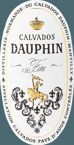 """Der Calvados Fine von Calvados Dauphin aus dem Pays d'Auge glänzt im Glas goldgelb und duftet intensiv nach frischen, fruchtigen Äpfeln mit würzigen Noten im Hintergrund, die durch die Fasslagerung entstehen. Dieser französische Klassiker begeistert durch seinenfruchtig-herben, und dennoch frischen Geschmack, ein Genuß für Kenner dieses feinen Tropfens. Herstellung des Calvados Fine Pays d'Auge von Calvados Dauphin Der Calvados Fine von Calvados Dauphin ist ein junger Apfelbranntwein aus der Normandie, aus dem Pays d'Auge, welches als das Gebiet für den feinsten Calvados gilt. Nur wenn er aus dieser Region stammt, darf es die begehrte Bezeichnung """"Calvados Pays d'Auge Controlée"""" tragen. Für den Calvados sind nur ganz bestimmte Apfelsorten zugelassen. Diese werden im Verhältnis von ca. 40% süßen Apfeln, 40% bitteren Äpfeln und 20% sauren Apfeln gemischt und daraus ein Apfelmost gewonnen. Nach der zweifachen Destillation des Apfelmostes in kleinen kupfernen Brennblasen, wird der Apfelbranntwein bei konstanter Kellertemperatur in Holzfässern aus Eiche und Kastanie für zwei bis vier Jahre gereift. Empfehlungen zum Calvados Fine Pays d'Auge von Calvados Dauphin Geniessen Sie diesen klassischen französischen Apfelbranntwein als Aperitif, am Ende eines Essens oder mit feinen Fruchtdesserts und Apfelkuchen, oder als raffineirte Zutat bei Cocktails und Longdrinks."""