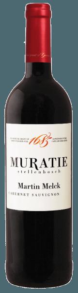 Der Martin Melck Cabernet Sauvignon von Muratie Estate funkelt im Glas in einem herrlichen Rubinrot und offenbart sein Bouquet, welches mit den Aromen von Cassis, Brombeeren und Pflaumen verzaubert. Diese Eindrücke werden abgerundet durch feine Anklänge von Veilchen und Eichenholz. Dieser Rotwein aus Südafrika beeindruckt am Gaumen mit seiner großartigen Balance und der Kombination aus Fruchtigkeit und Eiche. Dieser finessenreiche Wein ist eine perfekte Symbiose aus Frucht, feiner Säure mit einer eleganten Tanninstruktur. Vinifikation für den Martin Melck Cabernet Sauvignon von Muratie Estate Nach der Handlese in Stellenbosch wurde die Trauben gepresst und danach zur Fermentation in eine Kombination aus Edelstahltanks und offenem Gärbehälter gebracht. Anschließend reifte der Wein für 20 Monate in Fässern aus französischer Eiche. Dieser südafrikanische Rotwein kann bereits jetzt getrunken werden oder bis zu 8 Jahre noch gelagert werden. Speiseempfehlung für den Martin Melck Cabernet Sauvignon von Muratie Estate Genießen Sie diesen trockenen Rotwein zu Wildschwein mit karamellisierten Birnen und Preiselbeersauce oder zu Rinderfilet. Auszeichnungen für den Martin Melck Cabernet Sauvignon von Muratie Estate James Suckling: 90 Punkte John Platter - Wine Guide: 4 Sterne