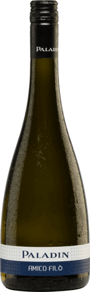 The Amico Filò Vino Bianco Frizzante from Paladin is a fresh semi-sparkling wine from the Chardonnay (90%) and Glera (10%) grape varieties. In the glass, the Amico Filò shimmers in a delicate yellow with greenish highlights. The frizzante is fruity, light and harmonious in the nose with appealing, lively and invigorating notes of juicy apples and freshly squeezed citrus fruits. On the palate, this Italian semi-sparkling wine provides an animating, sparkling and extremely refreshing feeling. A wonderfully uncomplicated frizzante with class and wonderful personality. Vinification of Amico Filò After the grapes have been carefully harvested, they are destemmed, gently crushed and the resulting mash is squeezed out after a short standing time. The must contained is first fermented in temperature-controlled stainless steel tanks. Subsequently, the second fermentation takes place in the pressure tank according to the Charmat method (tank fermentation method), which brings the wine its perlage. In this method, the wine and the filling dosage are placed in an open-plan tank and fermented. When fermentation is complete, the sparkling wine is pumped into a back-pressure tank, the yeast is removed via a filter and finally the shipping dosage is added. Under counterpressure, the sparkling wine is finally bottled and equipped. Food recommendation for Paladin Amico Filò This Frizzante from Veneto is an excellent aperitif, but also a suitable and uncomplicated food accompaniment to Mediterranean inspired dishes every season. Awards for the Amico Filò Vino Bianco Frizzante Paladin Mundus Vini: Silver (awarded in 2018)