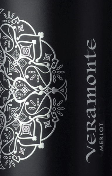 The Merlot of Veramonte is an appealing, grape varietal red wine from the Chilean wine region Valle de Casablanca. In the glass, this wine shines in a deep ruby red with garnet red highlights. The expressive bouquet combines intense aromas of fresh blackberries, ripe raspberries with fine hints of currants and a hint of spice. Very fruity, this Chilean red wine convinces the palate. This is accompanied by a beautiful freshness with fruity notes of red berries and - thanks to the wood finishing - the finest hints of spices and vanilla. The finale comes with a nice, pleasant length. Vinification of Merlot Veramonte In the cool early morning hours, Merlot grapes are harvested for this red wine in Casablanca Valley. In the cellar, the harvested material is completely destemmed and mashed in open steel tanks for 5 days. Thereafter, the temperature in the stainless steel tanks is increased and alcoholic fermentation begins. Once this process is complete, this wine remains on the mash for 10 days. This wine is rounded off for 8 months in oak barrels (multiple use). Food recommendation for Veramonte Merlot This dry red wine from Chile goes perfectly with grilled meat, lamb carree in a herb coat, Italian pasta casseroles (lasagna or cannelloni) but also with matured hard cheeses.