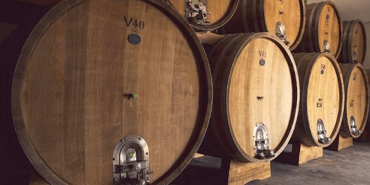 große Holzfässer im Weinkeller von Poggiotondo